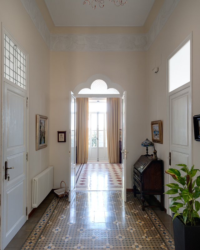 Today I am showing you around a gorgeous 100-year old Spanish villa...with an abundance of original tiles, en rich history and chubby cherubs playing billiards lining the ceiling. Come on in, enjoy the tour!